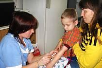 """Malý Dominik Felt """"ušetřil"""" své mamince šedesát korun. Začal stonat v běžné pracovní době lékařů, a tak místo devadesáti jeho maminka zaplatila jen třicet korun."""