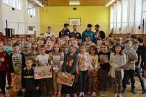 Příbramští volejbalisté zavítali mezi děti v březnické škole.