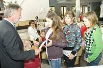 Předávání cen dětem v ekologické soutěži.