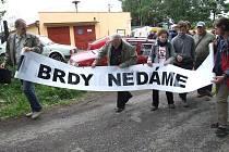 Lidé protestovali proti americké radarové základně a bývalý premiér Mirek Topolánek sliboval podbrdským obcím peníze.