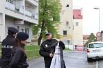 Sebevražedný skok z okna panelového domu v Dobříši.