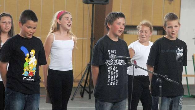 Děti si v dobříšské škole užívaly při školní akademii. V porotě seděla i herečka Zdeňka Žádníková Volencová.