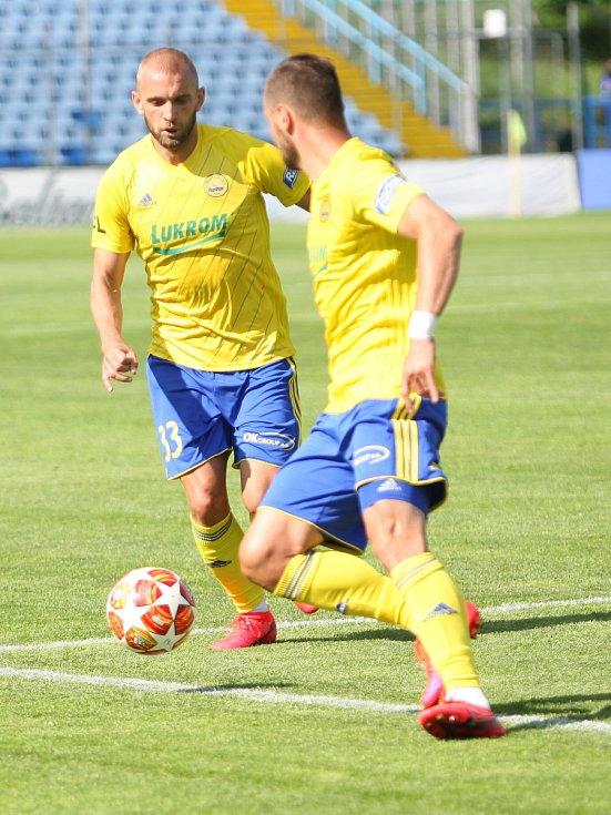 Fotbalisté Fastavu Zlín (ve žlutém) v důležitém zápase bojů o záchranu ve 28. kole v sobotu hostili poslední Příbram. Na snímku Hlinka a Džafič.