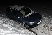 Mezi Příbramí a nájezdem na dálnici D4 ve směru na Příbram skončilo v noci na neděli 18. března auto v hlubokém příkopu mimo vozovku.