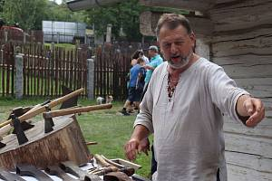 Tradiční Den řemesel ve skanzenu ve Vysokém Chlumci nabídl ukázku lidových řemesel i několik folkových hudebních vystoupení.
