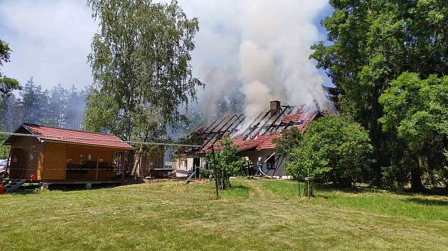 Požár hájenky v areálu tábora.