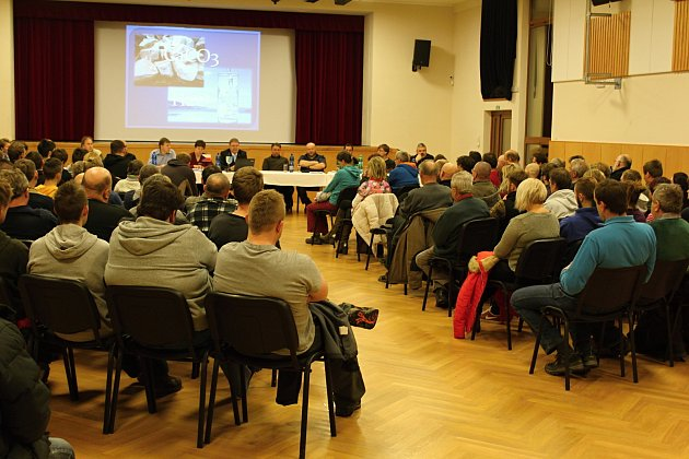 Omimořádné zasedání zastupitelstva ohledně situace kolem lomu Skoupý byl velký zájem.