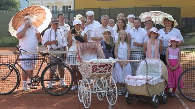 Účastníci kamýckého retroturnaje v tenise.