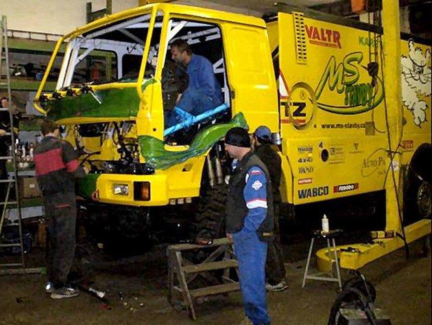 Martin Macík musel narychlo předělat kabinu svého kamionu.