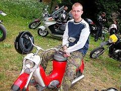 Jaroslav Budka z Bělčic, který musel každého motorkářského začátečníka zaujmout svým nostalgickým červeným Jawou 50 Pionýrem.