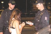 Policisté kontrolují nezletilou dívku na diskotéce. Ilustrační foto