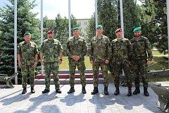 Generálporučík Aleš Opata hovoří s velitelem 2. palebné čety poručíkem Radkem Přikrylem; fotka je z návštěvy 13. dělostřeleckého pluku Jince.