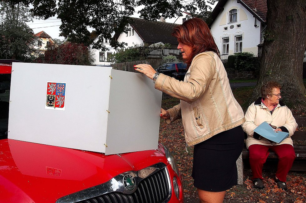 Volby se v Pozdyni na Hvožďansku tradičně odehrávají na návsi u kapličky pod lípami.