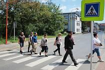 Nasvícený přechod pro chodce v rušné ulici Čs. armády v Příbrami.