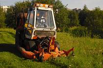 Plošné sekání trávy v Příbrami.