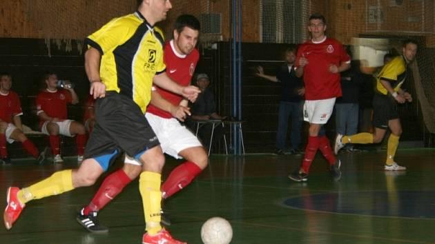Divize futsalu: FC 83 Příbram (červení) - Atlantic Rakovník (8:8).