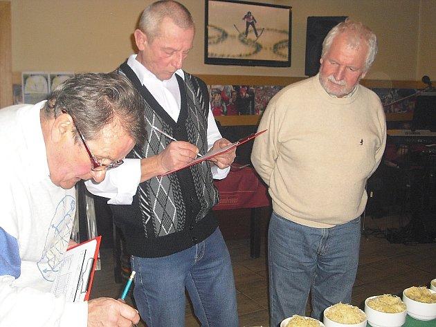 Komisaři hodnotí vzorky zelí. Uprostřed Ivan Chaloupek.