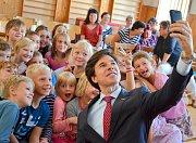 """Velvyslanec USA Andrew Schapiro navštívil v Tochovicích také místní základní školu. S dětmi hovořil o hrdinství a odvaze. Došlo i na """"selfie""""."""