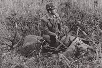 Fotografie z jelení říje v Brdech v září roku 1956 a na ní tehdy osmadvacetiletý brdský lesník Vojenských lesů a statků Josef Vágner.