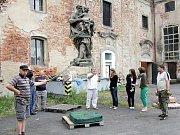 Ze střechy březnického pivovaru zmizely cenné sochy.