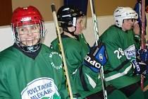 Ženy a dívky z hokejového družstva Stračenky braly své první vystoupení s úsměvem.