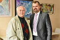 Autor myšlenky muzea Radek Vystyd (vpravo) s Karlem Bednářem, výrobcem rukavic, který nyní v muzeu provádí.
