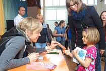 Kateřina Neumannová rozdala po besedě v Klučenicích spoustu podpisů.