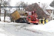 Havárie nákladního auta s nebezpečnými látkami.