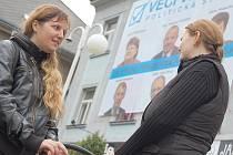 Ani majestátný předvolební plakát oči lidí v Příbrami příliš nepřitahuje.