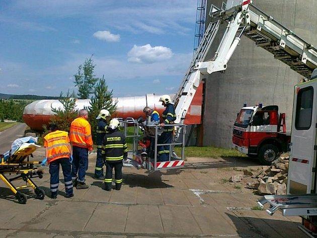 Hasiči a záchranáři pomáhali opraváři z komína v Kovohutích.