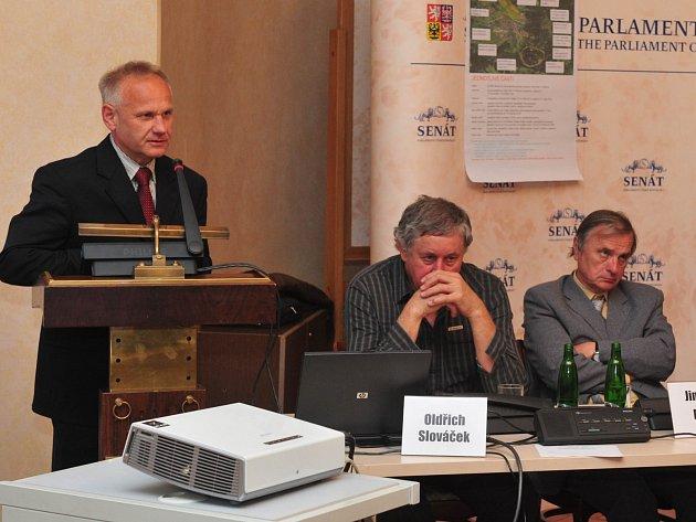 Veřejné slyšení ve Výboru pro vzdělávání, vědu, kulturu, lidská práva a petice Senátu Parlamentu České republiky. Předmětem slyšení, které se konalo v Zaháňském salónku Valdštejnského paláce byly petice proti průzkumu a těžbě zlata.