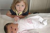 TŘÍLETÁ Sofie má velkou radost ze sestřičky Giulie Šimkové. Ta se mamince Blance a tatínkovi Jakubovi z Čími narodila ve čtvrtek 23. června a v ten den vážila 3,86 kg a měřila 53 cm.