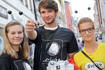 S kasičkou symbolického tvaru lucerny vyrazili v pátek do ulic také studenti příbramského gymnázia Dominika Shrbená, Patrik Burda a Nikola Vácová (na snímku zleva).