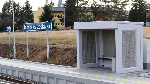 Tochovice mají novou železniční zastávku. Nahradila chátrající nádraží za obcí.