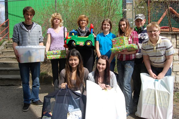 Žáci základní školy ve Školní ulici při předávání dárků v nemocnici.