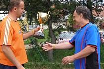 Už popáté z posledních sedmi ročníků Ligového poháru předal předseda FAMK Michal Chyba trofej pro vítěze týmu Halucinace.