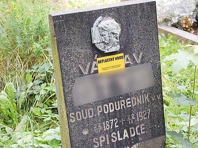 Jeden z označených náhrobních kamenů na příbramském hřbitově