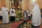 Svěcení zvonu v Krásné Hoře s kardinálem Dukou.