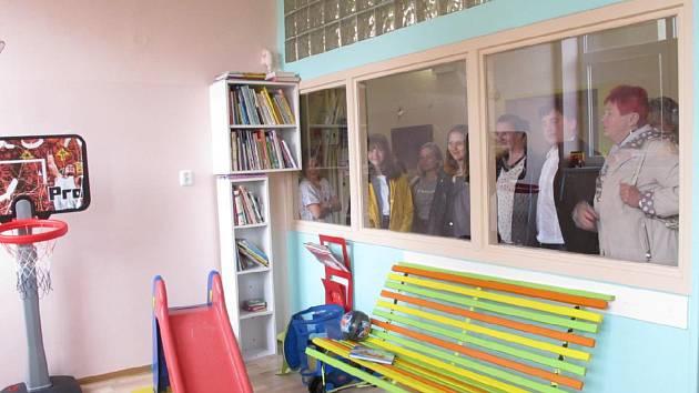 Školáci věnovali příbramské nemocnici finanční dar i obrázky.