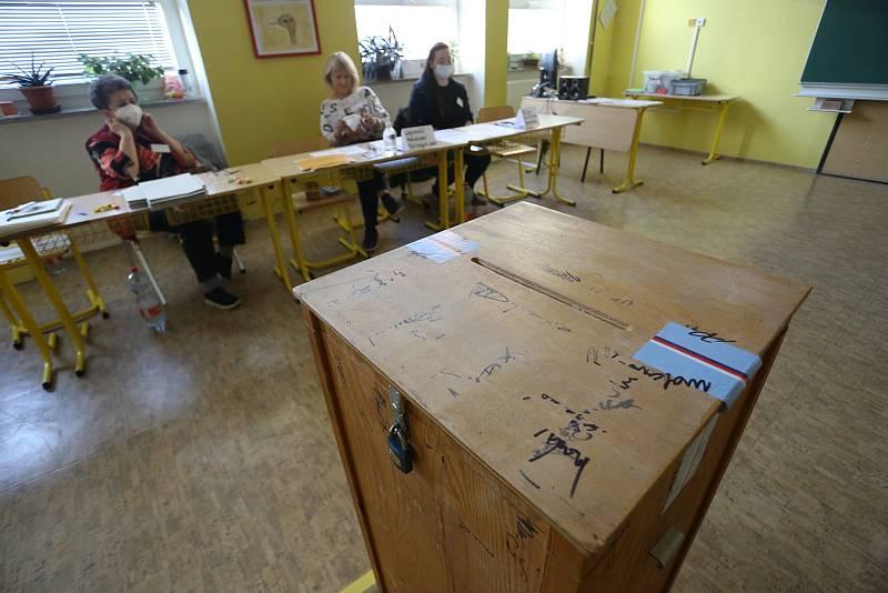 Parlamentní volby v budově příbramského gymnázia.
