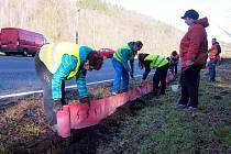 Dobrovolníci se podíleli na výstavbě žabích přechodů na Příbramsku.