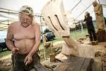 Sochaři se činí, aby bylo možné v sobotu předat sochy starostům obcí.