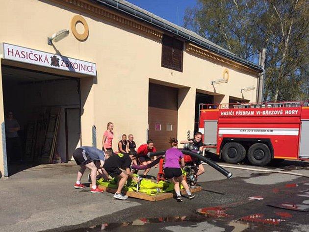 Trénink požárního útoku vpodání mladých hasičů zBřezových Hor.