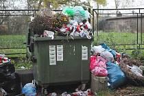 Přetékající popelnice na dobříšském hřbitově.