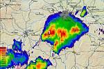 Snímek z meteoradaru ukazuje bouřku nad Dobříšskem.