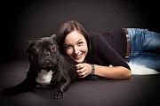 Mirka Josefíková se svým prvním psem Joeym. Koupila ho v době, kdy neměla tušení, že množírny existují, na burze, kde byl v papírové krabici. Kvůli řadě zdravotních problémů v necelých sedmi letech umřel na selhání srdce.