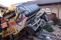 Nákladnímu vozidlu zřejmě selhaly brzdy.