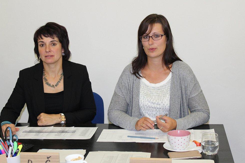 I večer byly členky volební komise v Sedlec-Prčici dobře naladěné.