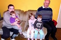KNĚZ Stanislav Zápotocký, který je zároveň ředitelem azylového domu je na snímku zachycen ve společenské místnosti s klientkou a několika ubytovanými dětmi.