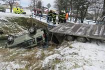 Vůz značky Land Rover skončil na střeše v potoce.